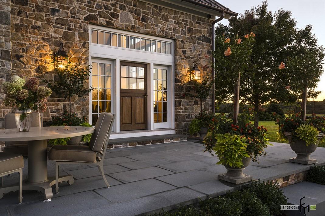 Шикозният дизайна на една селска къща, изработени от естествен камък