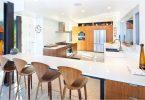 Кухня-гостиная с барной стойкой: фото интерьеров в разном тематическом оформлении
