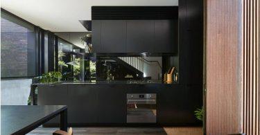 Зеркало в кухонном интерьере: секреты преображения пространства